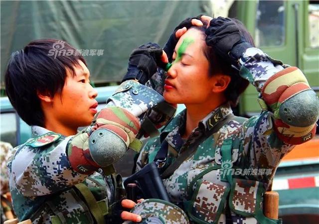 在三军仪仗队,有一道靓丽的风景线,那便是女兵方队,英姿飒爽、步履铿锵的她们,令人赞叹不已。然而,在基层部队,也有一批逐梦军旅、矢志强军的特战女兵,她们放弃象牙塔下的风花雪月,默默承担保家卫国的重责,书写巾帼女兵不一样的风采。(来源:东线瞭望)