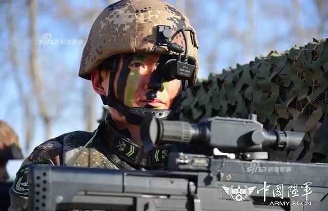 此前在开训仪式上,中央电视台播放了中部战区某师侦察情报营部队人手一支11式单兵作战系统进行射击训练的画面。一整个步兵班手持QTS11,携带单兵综合作战系统,进行作战训练,这也是目前该系统在部队中试用时的标准状态,即直接作为步兵班的主要装备。而最近官方又曝光一组QTS11战略步枪的图片。