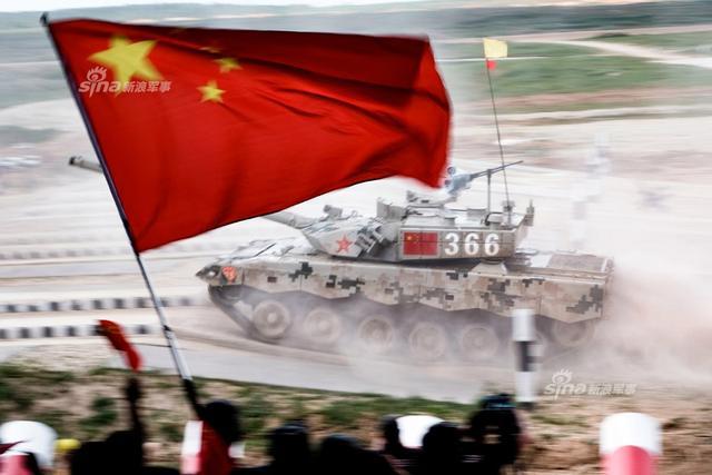 在昨天的半决赛中,中国96B坦克与印度T90S坦克之间的对决是最有看点的。印度军队的T90S主战坦克一开始还能够正常进行比赛,之后发生了重大故障。在比赛当中第一辆T90S坦克出现了故障,接着用第二辆备用车进行了替换。然而第二辆也趴窝,直到第三辆坦克疑似火炮不行了。而中国96B大获全胜!