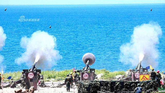 近日,台军海军陆战队实施下半年度岸置火炮实弹射击。其中台军的M110A2炮兵阵地,这种自行榴弹炮的初期型号于1961年服役,台军装备的A2型也是美军1978年开发出的改进型。