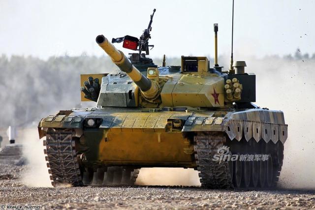 今年跑圈大赛上的我军96B主战坦克,决赛中被喷上了这种迷彩。这是准备给印度的涂装吧?可惜印度T-90S坦克三辆全废了,得了零分。