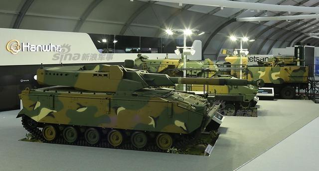 韩国首尔国际航空航天与国防展览会(首尔ADEX 2017)于本月17日至22日在首尔机场正式开幕。此次航展是韩国最大的航空防务展,今年一共有来自32个国家的386家参展商参加了展会。既然是航空防务展,那么陆战装备的出现也是很正常的情况。尤其是韩国的国产陆战武器也是有不少看头的。图为韩华集团展台区亮相的疑似搭载105毫米主炮的战车。