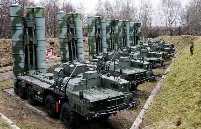 """据俄新社报道,周二,俄罗斯总统普京在安卡拉与土耳其总统埃尔多安举行会晤期间讨论了Akkuyu核电厂的建造问题、叙利亚冲突,以及两国的贸易关系和在军事技术领域内的合作。会晤结束后,普京在新闻发布会上表示,俄罗斯和土耳其已经就S-400""""凯旋""""防空导弹系统的价格达成了一致。普京称,除了在价格上达成一致外,应土耳其方面的要求,俄罗斯将加快S-400的生产。目前,双方已经确定了军事技术合作领域的重点,在即将举行的政府间委员会会议上将详细讨论向土耳其进一步供应武器的前景。(空军世界)"""