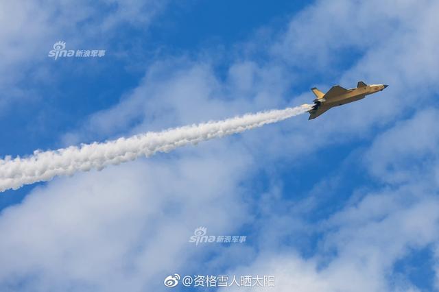 近日,据@资格雪人晒太阳 曝光一张照片显示,最新一架2021号歼-20展开试飞,而这架黄色的歼-20隐身战机与之前型号不同的是,其发动机疑似有很大变化,很有可能是之前传闻的2018年新年首飞装配太行发动机的歼-20,发动机采用了黑色锯齿。(图片:资格雪人晒太阳 鸣谢)