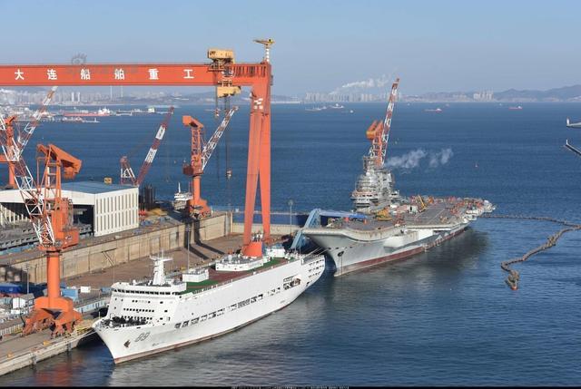 1月11日中午,中国002型国产航母再次冒烟测试动力,疑似进行发动机试车。而89号综合保障船去大连船厂,说明国产第一艘航母即将进入全面系泊试验阶段。(图:超大 cycy03666)新浪军事鸣谢