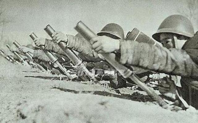 为了弥补缺乏炮兵的现实日本人发明了一款掷弹筒来增强火力,它的出现解决了日本军队的一些问题。掷弹筒的主要特点是射角大,弹道弯曲,射程不远,从技术上讲只是弥合了手榴弹和真正迫击炮之间的差距,是一种最好的和最具成本效益的工业密集型重炮的替代品。(鼎盛军事)