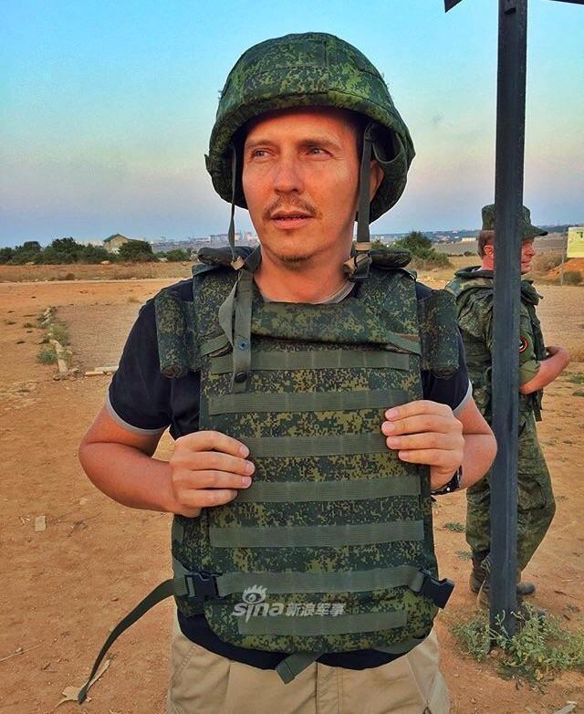 美国一个节目主持人最近被邀请到俄罗斯军队进行访问,他也成为了唯一一个进入俄罗斯海军陆战队采访的美国人。对他来说,这是一个非常困难的经历,在这期间,他经常为自己的训练感到羞愧。(鼎盛军事)