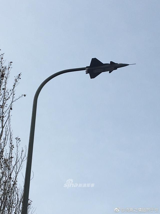 """近日,网友@流离之情超然于世 在社交网战上发布的一款造型别致的路灯的图片,与我们常见的路灯样式不同,这款路灯的外形轮廓竟然是中国空军目前装备的最先进的歼-20隐形战斗机,而灯管则安装在""""歼-20""""战斗机的机腹部位。(空军之翼)"""