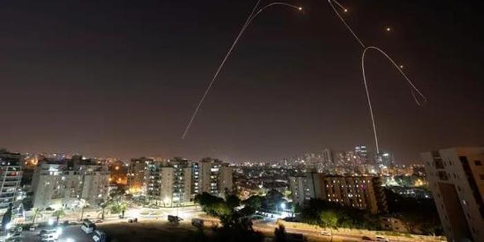 以军再空袭叙空军基地 叙防空部队成功拦截多枚导弹