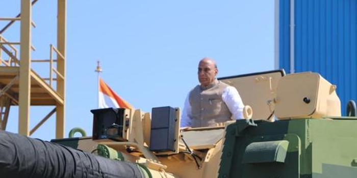 印度新造K9自行榴弹炮下线 防长亲自登车试驾(图)