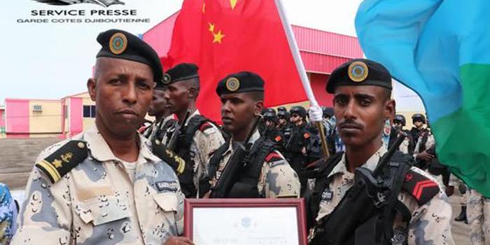 我军驻吉布提部队为吉方培训海警 颁发中文证书(图)