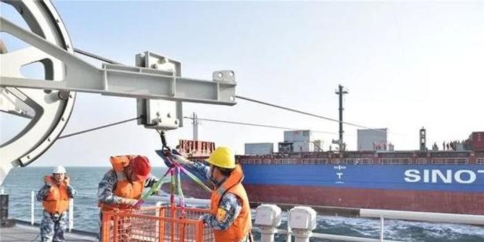 重大突破!中国海军首次用民船为军舰海上补给(图)