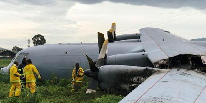 南非空军C130运输机坠毁 冲出跑道机翼折断(图)