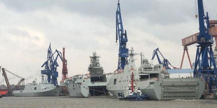 中国某船厂挤满在建两栖舰 总吨位直逼超级航母(图)