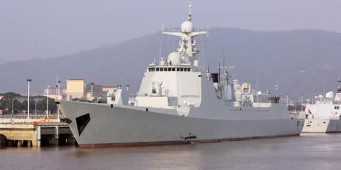 我军首艘加长版052D入役 换装米波雷达反隐性能突出