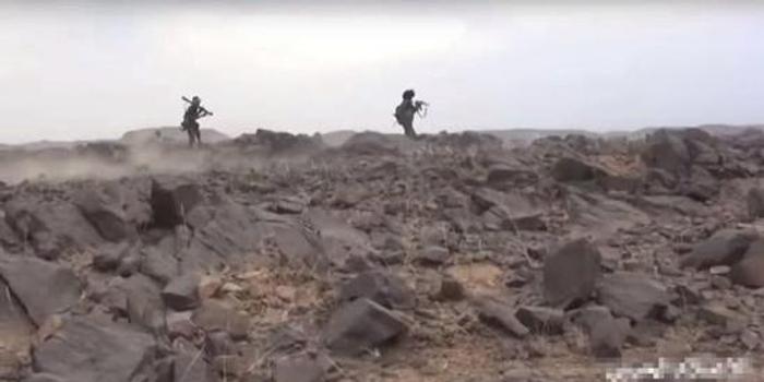 胡塞武裝再顯擺戰果:沙特聯軍排隊投降 繳獲槍堆成山