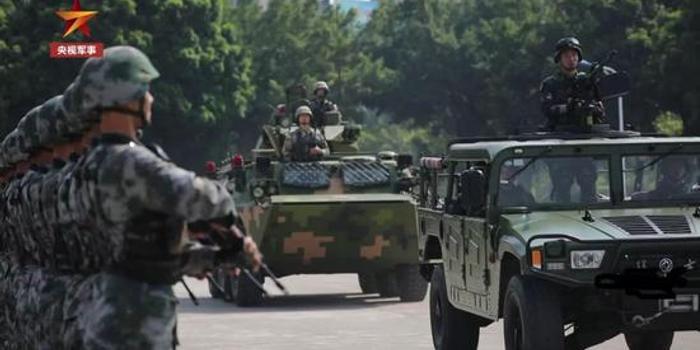 珍贵画面!澳门回归那一天市民高呼:欢迎解放军