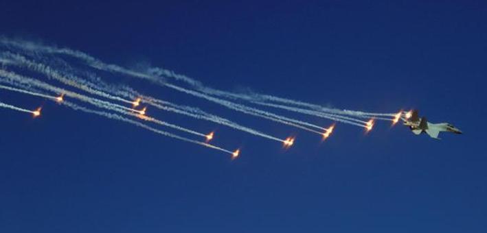天女散花:歼16战机发射数十枚干扰弹