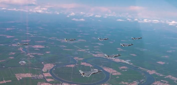 队形整齐:中国空军歼20七机编队飞行