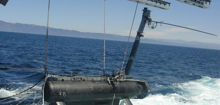 美军在南海投放无人潜航器
