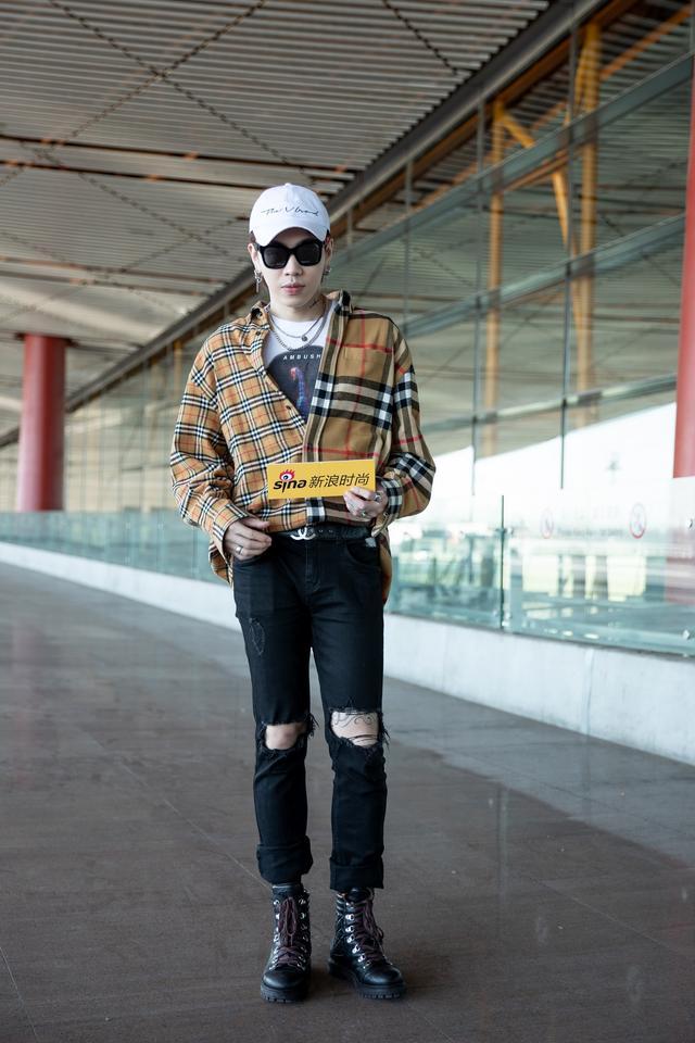 顶级舞者、街舞大神@杨文昊 携手新浪时尚助阵巴黎时装周。现身机场的昊哥元气满满,格子衬衫搭配破洞裤,实穿又时髦。本就是长腿男神的杨文昊,驾驭起街头风的型男搭配毫无压力。一起期待杨文昊在巴黎时装周的精彩表现吧。