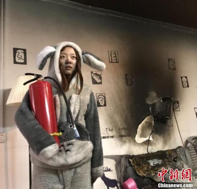 家住广西桂林市丽中路一居民楼的男子钟成,家中起火,皮沙发被烧焦,屋内到处是被烟熏黑的痕迹。火灭后,被烟熏黑的钟成和女友拿起灭火器相互拍照摄像自嘲。1月9日,钟成正忙着清理房间,不少媒体登门采访,他介绍,事发前,家里刚买了取暖器。
