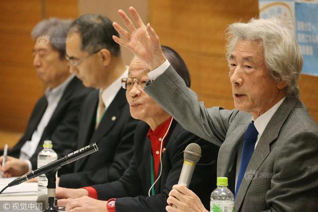 """当地时间2018年1月10日,日本东京,日本推进去核电化运动民间团体举行记者会,公布了""""零核电与自然能源基本法案""""要点,前首相小泉纯一郎出席。据报道,法案主要内容是立即停运日本所有核电站及到2050年把使用可再生能源发电的比例升至100%。该团体广泛呼吁日本朝野政党的支持,寻求向22日召集的例行国会提交法案。"""