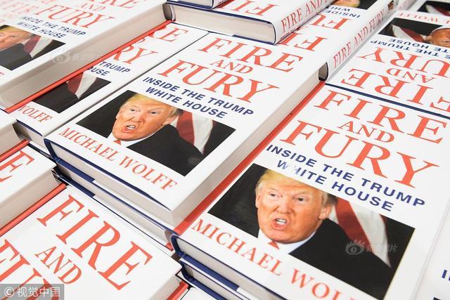 当地时间2018年1月9日,英国伦敦,皮卡迪利大街的水石书店售卖迈克尔·沃尔夫的新书《火与怒:特朗普白宫内幕》。这本书已经成为畅销书,单在美国就有超过一百万的订单。