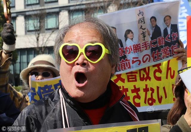 """当地时间2018年3月13日,日本东京,大约1000名民众举行集会抗议,要求深陷丑闻的首相安倍晋三辞职。日本财务省承认对""""森友学园""""土地买卖相关审批文件进行了篡改,导致日本民众对安倍政权的信任丧失,呼吁日本首相安倍晋三下台的抗议活动愈演愈烈,这在韩国也引发了广泛关注。曾经游行示威要求朴槿惠下台的烛光集会参加者,纷纷在网上表达了对日本民众抗议安倍的支持。"""