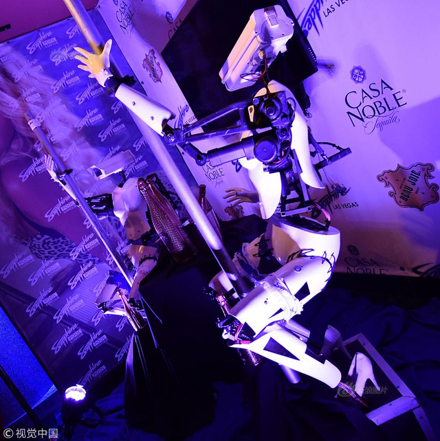 当地时间2018年1月10日,美国拉斯维加斯,CES展会进入第二天,Sapphire Las Vegas脱衣舞俱乐部为了吸引CES展会的观众,从伦敦飞运来了一批机器人脱衣舞娘,引人注目。