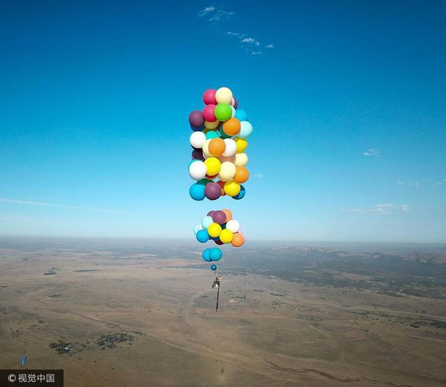 """2017年10月26日讯,来自英国的38岁冒险家汤姆·摩根将100只氦气球绑在自己的野营椅上,使他得以""""乘坐""""气球飞到了2438米的高空,在非洲上空飞越了25千米,场景颇似动画片《飞屋环游记》。摩根用了两天时间将全部气球充满气,在此次成功飞行前,他已经在博兹瓦纳试飞过三次,但都失败了。他说:""""主要的问题是要遇到好的天气,而且气球会不停爆破,所以保护气球也很困难。"""""""