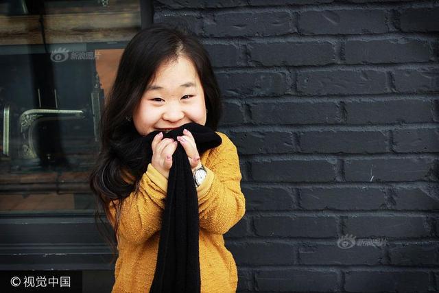 当地时间2017年7月16日,美国西雅图,时尚博主Doris Jeong。28岁的Doris Jeong是一个韩国人,住在美国西雅图。她是一位侏儒症患者,只有3英尺8英寸(约1.1米)高,尽管如此她仍乐观坚强生活,追逐自己热爱的时尚事业。