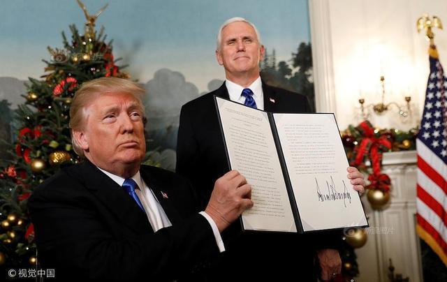 """美国总统特朗普于美东时间12月6日下午1时(北京时间12月7日凌晨2时)宣布,承认耶路撒冷为以色列首都,并指示迁移美国大使馆。这次宣布,扭转了美国政府22年来的做法,并创全球先例;外界担心,此举将打破中东局势平衡。特朗普表示,这一举动是""""正确的"""",并且符合美国利益。此举引发各地民众抗议,各国外交部谴责。"""