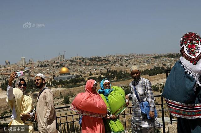 2017年12月6日讯,美国政府将承认耶路撒冷为以色列首都,并将把美驻驻特拉维夫大使馆搬迁至耶路撒冷。耶路撒冷位于犹地亚山区顶部,海拔790米,是古代宗教活动中心之一。路透社从以色列政府档案处收集了1967年拍摄的耶路撒冷老城照片,2017年在相同地点拍摄了同样的照片,对比耶路撒冷老城今昔变化。图为当地时间2017年5月15日,耶路撒冷老城,游客在橄榄山以耶路撒冷老城为背景拍照纪念。供图:RONEN ZVULUN/视觉中国