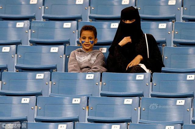 当地时间2018年1月12日晚,沙特吉达,在沙特海滨城市吉达举行的国内男足联赛的一场比赛中,沙特女性首次被允许进入足球场现场观看比赛。供图:视觉中国