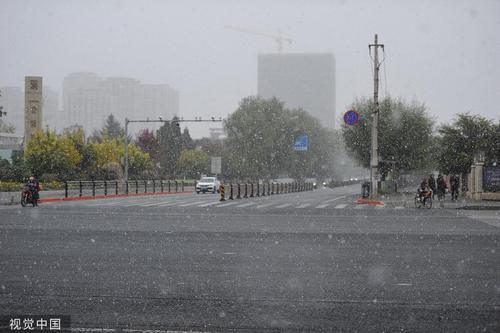 长春迎来今秋冬以来首场降雪 大年夜片雪花纷纷落下