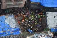 印度孟买一座四层楼建筑倒塌 至少40人被困