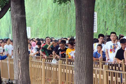 """北京暑期各景点迎旅旅客流岑岭 开启""""人从众""""模式"""
