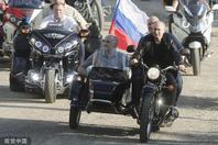 普京骑摩托车亮相克里米亚车展