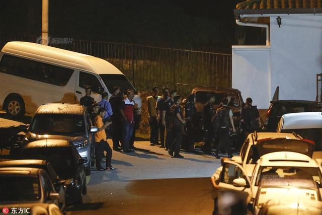 当地时间2018年5月16日,马来西亚警方大规模出动到前总理纳吉布位于大使花园的住所展开马拉松搜查,直到17日清晨仍未离开。