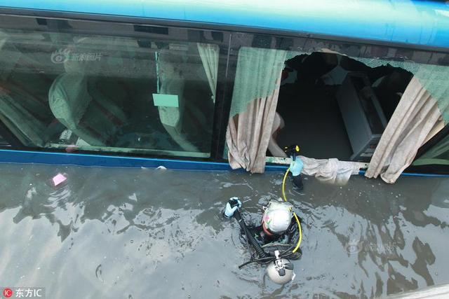 2018年5月16日,河南省郑州市西三环金水西路桥下涵洞,因为司机不了解郑州的雨后路况,一辆长途旅游大巴车清晨通过西三环的隧道时被水困住。