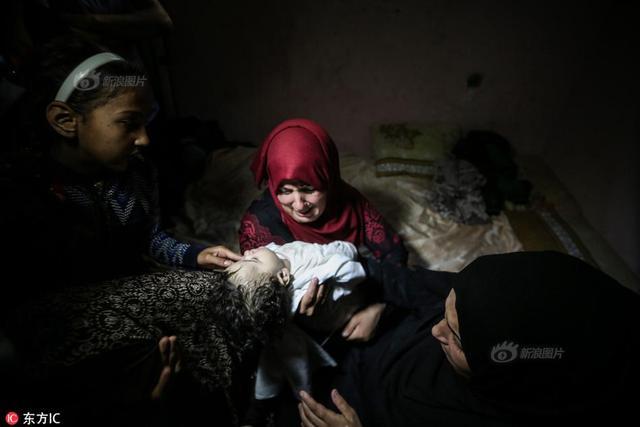 当地时间2018年5月15日,加沙城,巴勒斯坦8月大女婴Layila al-Ghandour的葬礼举行,她在14日爆发的巴以冲突中因吸入催泪瓦斯而丧命。