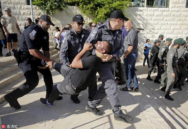 当地时间2018年5月14日,耶路撒冷,美国设在耶路撒冷的驻以色列大使馆举行开馆仪式。大批巴勒斯坦人以及阿拉伯裔以色列人聚集在美国新使馆外,强烈抗议美国驻以色列使馆在耶路撒冷开馆,并与以色列军警发生肢体冲突,部分抗议者被警方逮捕。来源:东方IC