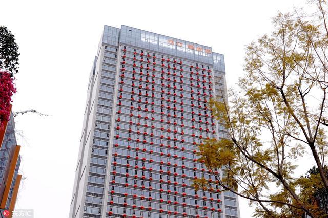 2018年2月11日,四川省成都市,临近春节,在成都市东二环路附近,一栋39层高的大厦外面,挂满了一串串的大红灯笼,场面甚是壮观。