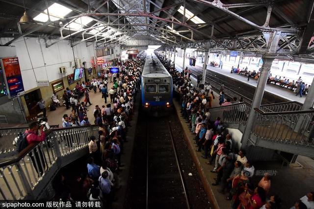 当地时间2017年10月12日,斯里兰卡科伦坡,科伦坡举行全国铁路大罢工,火车工程师和售票员发动罢工要求提高工资。