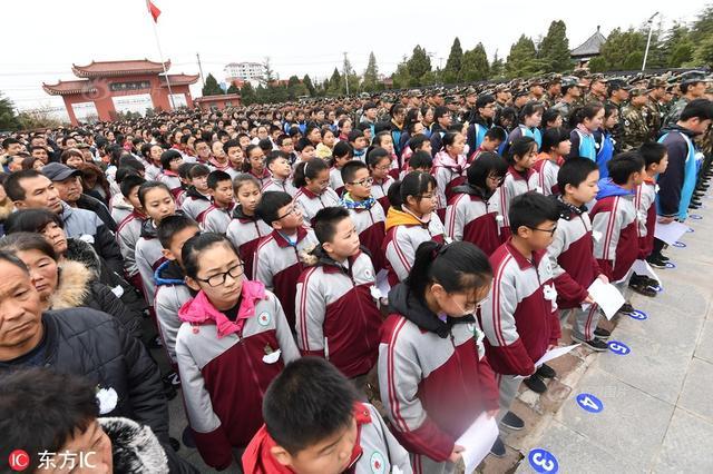 12月5日报道,12月5日,王成龙烈士葬礼在山东莒南县鲁东南烈士陵园举行,现场万人送别,胸戴白花、眼含热泪的群众,失声痛哭的父母。来源:东方IC、云南共青团