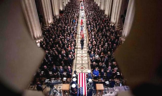当地时间12月5日,美国前总统老布什的葬礼在华盛顿国家大教堂举行,老布什于上周五在位于得克萨斯州的家中去世,享年94岁。大约有3000人参加了葬礼,超过5万民众在街道边为他送别。包括特朗普、奥巴马、克林顿、吉米-卡特等美国现任以及前总统也都来到了现场。