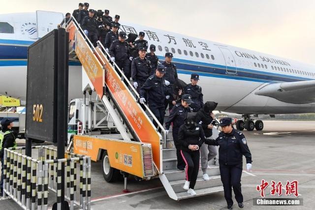 12月7日报道,据公安部官方网站消息,12月6日16时许,3架从柬埔寨起飞的中国民航包机降落在广州白云机场,233名冒充公检法机关工作人员实施电信网络诈骗犯罪的嫌疑人被我公安机关押解回国。至此,涉及20多个省区市的2000余起跨国电信网络诈骗案成功告破。来源:中国新闻网