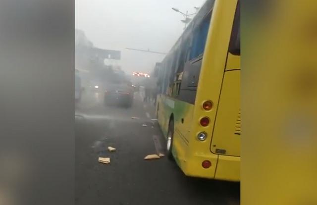 12月5日下午5时31分,四川省乐山市夹江县城一辆公交车发生爆炸。据夹江县公安局发布警情通报,夹江县焉城镇一辆3路公交车行至迎春南路,因不明原因导致爆炸,车辆玻璃碎裂,17名人员受伤,现场无人员死亡。目前,伤员已全部送往医院救治,经初步诊断,均无生命危险;各相关部门正在全力处置,事故原因正在调查中。