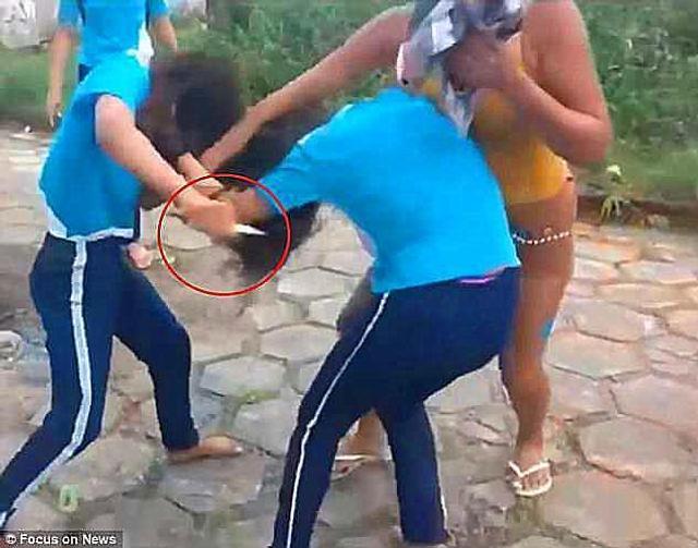 据每日邮报6月11日报道,6月6日,在巴西北部Belem市的一所小学外,两名小学女生因为琐事发生了口角,动手打了起来,其中一名小学女生的妈妈看到后,不仅不阻止两名未成年人打架,还制止旁边劝架的人,更令人吃惊的是,在两个孩子撕扯的过程中,这位母亲竟然递了一把匕首给女儿,致使另外一名女孩的脸上被刀毁容,此外女孩的胳膊、双手和胸部也都被刀刺伤,现在受伤的女孩被送医治疗。